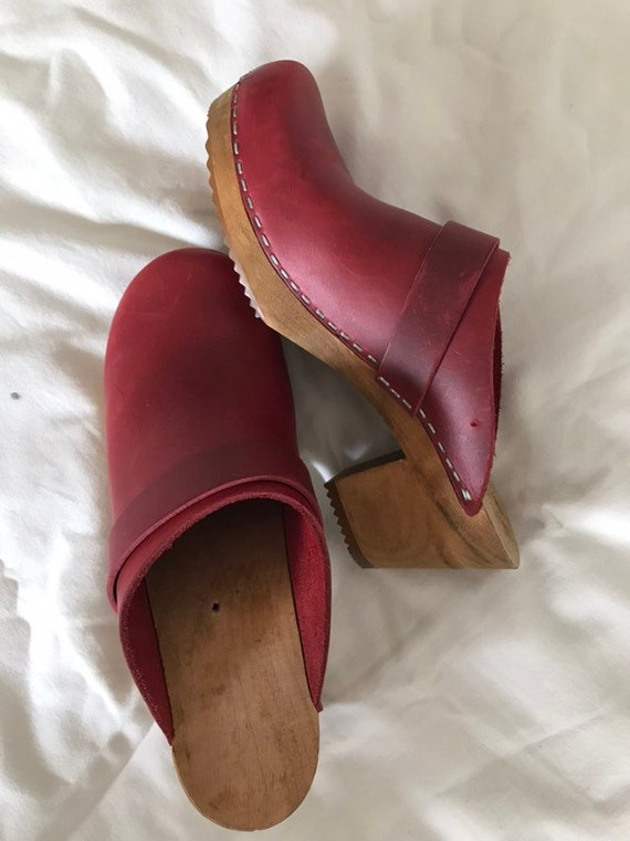 vintage. 1970s red leather clogs