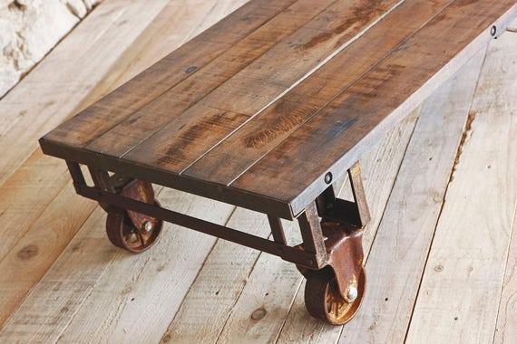 Industrial Chene Table Basse Avec Des Roues D Usine Industrial Chene Table Basse Avec Des Roues D Usine
