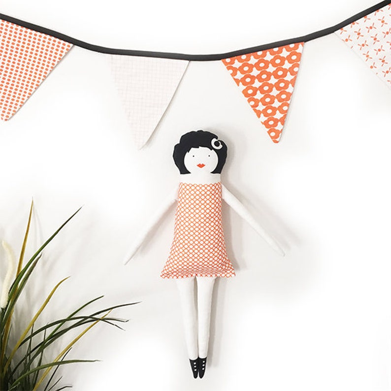 Package of doll and assorted garland  exclusive designs La image 0