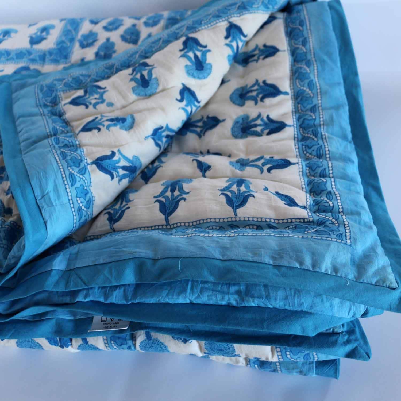 Indian Wood-Block imprimé Quilt. Fait du coton floral bleu le plus doux avec toute la garniture en coton.