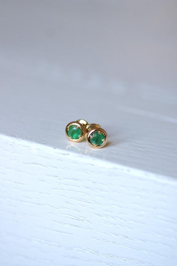 French emerald stud earrings in 18Kt gold