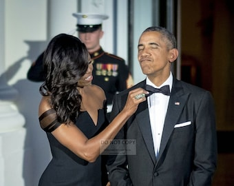 8X10 PHOTO ZY-346 BARACK OBAMA GREETS MICHELLE ON THE WHITE HOUSE COLONNADE