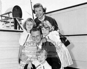BILLY GRAHAM WITH WIFE RUTH AND DAUGHTERS IN 1954-8X10 PHOTO AZ410