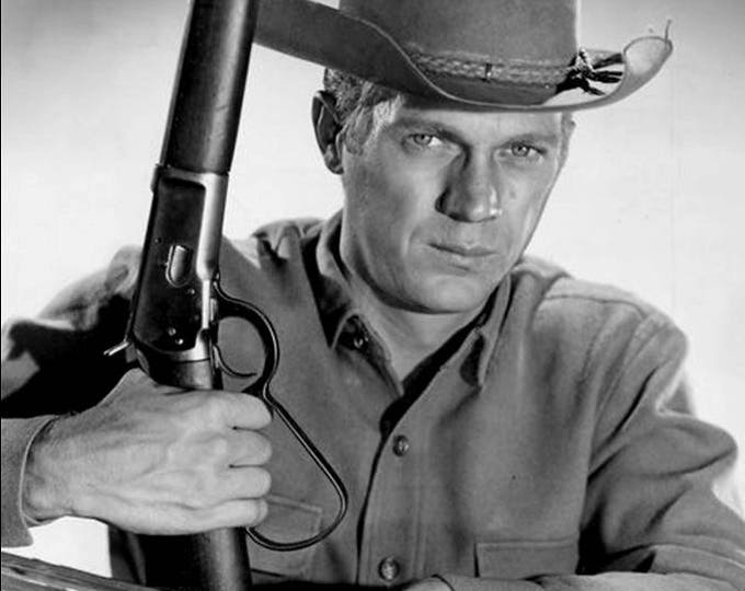 """Steve McQueen with His """"Mare's Leg"""" Rifle in the CBS TV Show """"Wanted Dead or Alive"""" - 5X7 or 8X10 Photo (AZ055)"""