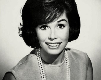 Mary Tyler Moore Legendary Television Actress - 5X7 or 8X10 Publicity Photo (ZZ-178)