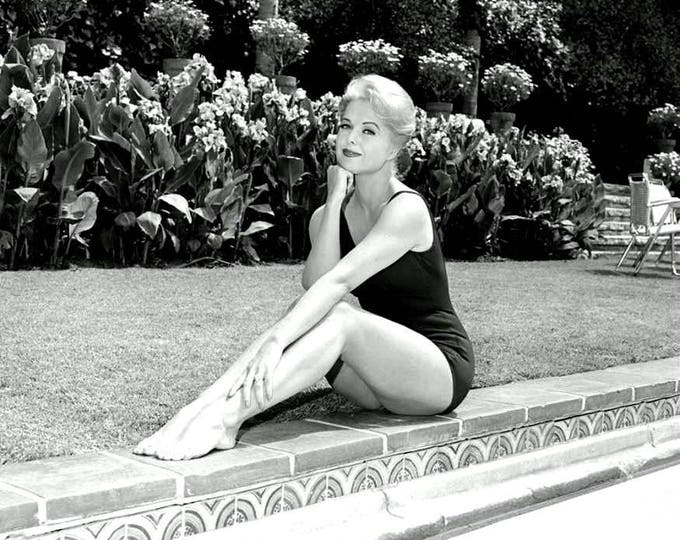 Actress Martha Hyer Pin Up - 5X7 or 8X10 Publicity Photo (ZY-320)