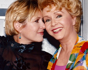 Actress Debbie Reynolds & Daughter Carrie Fisher - 5X7, 8X10 or 11X14 Publicity Photo (DA-568)