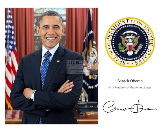 PRES BARACK OBAMA SIGNS OUTSIDE OVAL OFFICE 8X10 PHOTO