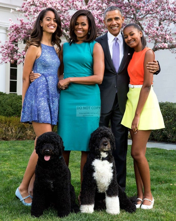 EE-070 PRESIDENT BARACK OBAMA /& FIRST LADY MICHELLE WITH DAUGHTERS  8X10 PHOTO