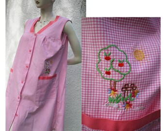 Vintage 60s/70s home dressing gown/lightweight cotton/pink white squares/embroidery/Embroidery House dress/Medium size Large/size M/L/XL