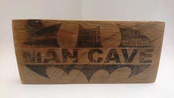 Panneau en bois homme des cavernes signe symbole de batman signe