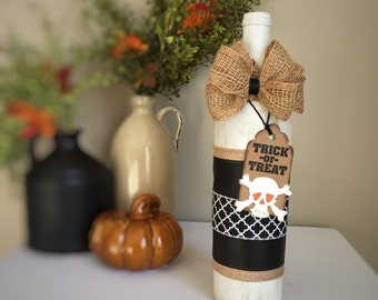 Halloween Skull & Crossbones Decorated Wine Bottle / Painted Wine Bottle / White Black Burlap / Trick-or-Treat Halloween Decor / Fall Fun