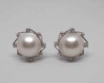 a7e2ddbd5fbd Pendientes grandes de oro blanco de 18Kt con perla japonesa y diamantes  talla brillante.Clásicos vintage