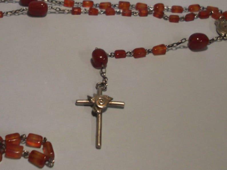 2bb1f497a482 Collar rosario de plata (925 milésimas) con cruz, palomas de la paz y  piedras de agata