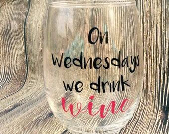 Mean girls wine glass saying // On Wedndays we drink wine // on wednesdays we wear pink // mean girls wine // mean girls wine glass // wine