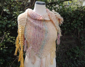 Boho triangle sound, hippie scarf, triangular scarf, stole, scarf, wrap, coarse knit, fringes, knitted, yellow, pink, colorful, color gradient