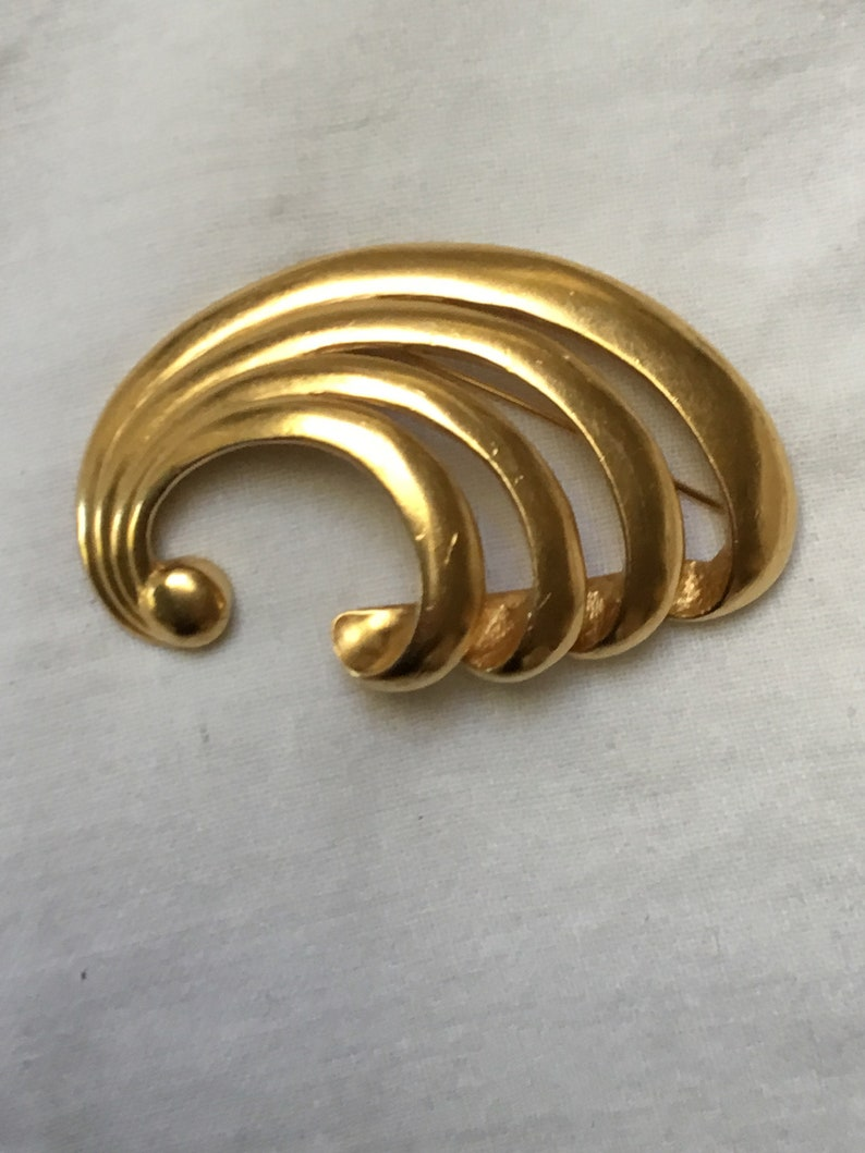Wave or swirl signed Carolee vintage C1980s brooch goldtone good quality and size