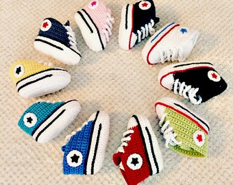 Knitted handmade converse booties for baby girls and boys / Patucos de converse para bebes hechos a mano
