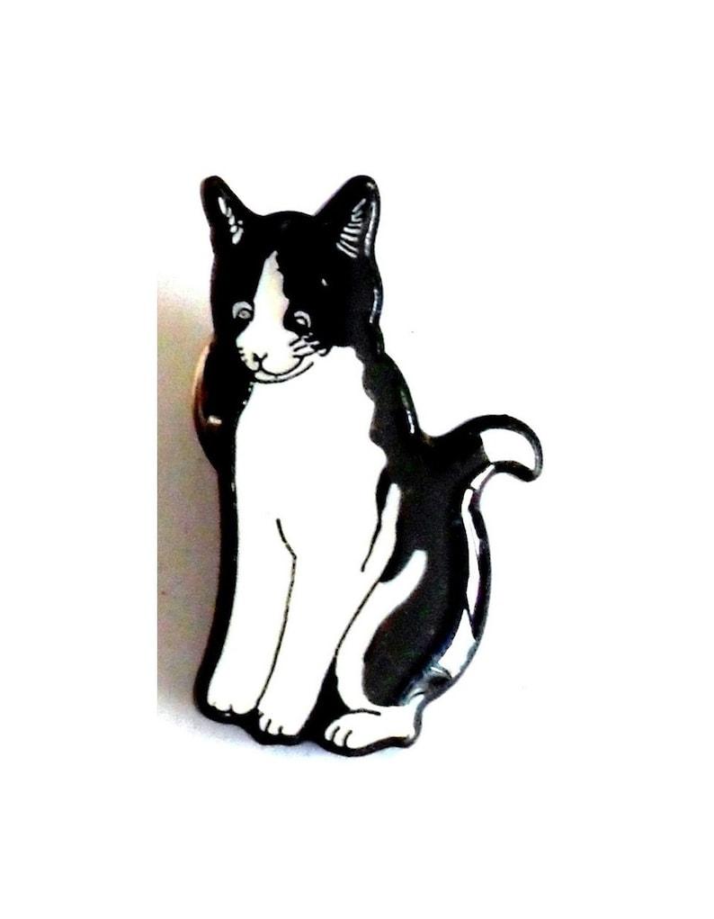 Cat sitting metal  enamel badge. Cat pin