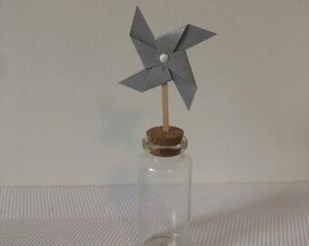 moulin à vent sur pic gris métallisé