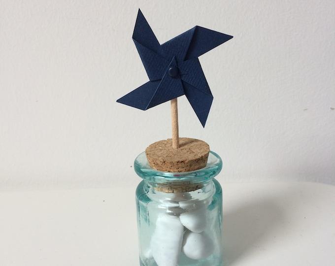 moulin à vent sur pic bleu marine uni