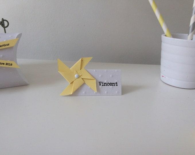 Marque place moulin à vent jaune pastel