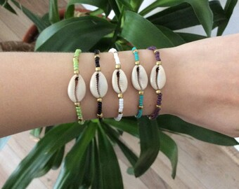 Bead bracelet with shell