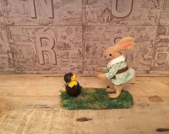 petit bunny de Pâques et sa surprise