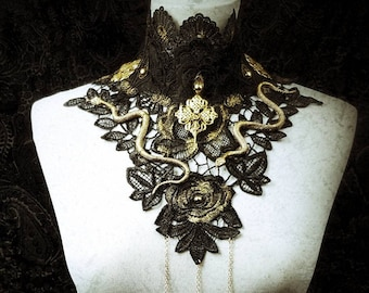 Medusa snake collar with pearls and chains in gold - black Spitzenkragen mit Schlangen, Perlen und Kette, handbemalt / made to order