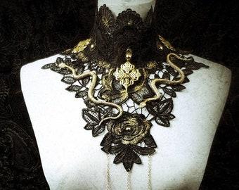 Medusa snake collar with pearls and chains in different colors, Spitzenkragen mit Schlangen, Perlen und Kette / made to order