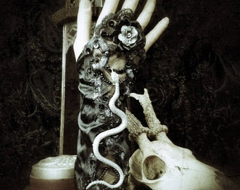 Medusa fingerless gloves