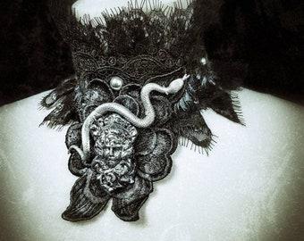 The Medusa head chocker,with snake and pearls in different colors, Spitzenkragen mit Schlangen und Medusagemme, handbemalt/MADE TO ORDER