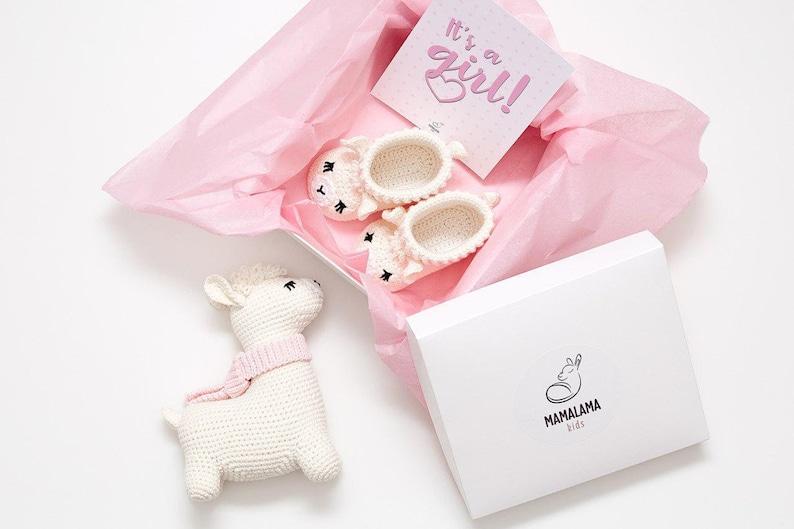 Coffret cadeau bébé avec un lama et chaussons en crochet | Créatrice ETSY : MamalamaKids