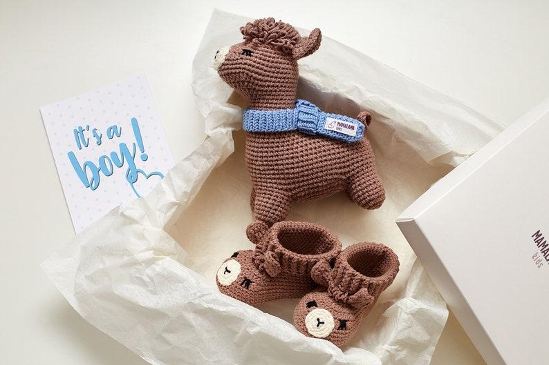 Coffret cadeau bébé avec un lama et chaussons en crochet - Créatrice ETSY : MamalamaKids
