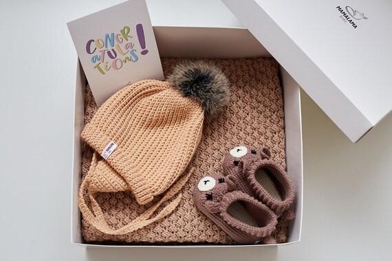 La grossesse boîte nouvelle maman présente ensemble Expecting maman panier-cadeau chapeau de bébé douce laine mérinos bio à la main en tricot cadeau animal chausson de couverture au Crochet