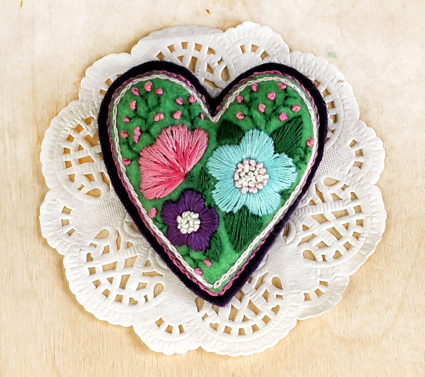 broche coeur en feutrine avec la main brod de fleurs. Black Bedroom Furniture Sets. Home Design Ideas