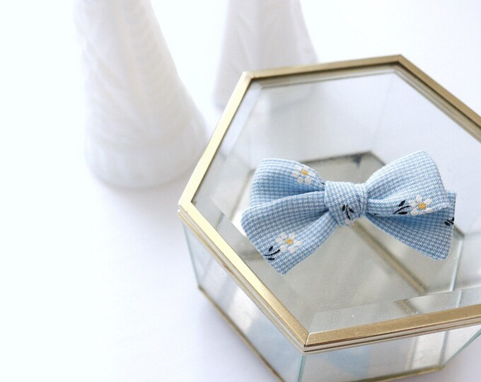 VINTAGE>> light blue daisy 90s hand tied fabric bow // vintage hair bows // floral print hair bow // newborn headbands