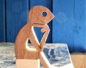 sculpture bois chantournée , assis en attendant le soleil