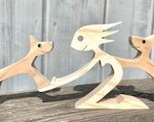 une femme deux bergers allemand ; sculpture bois
