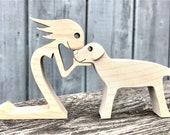 une femme un golden ; sculpture bois