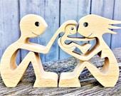 un couple un enfant ; sculpture en bois chantourné