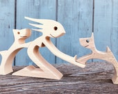 une femme deux chiens ; sculpture bois