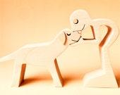 un homme un labrador clair ; sculpture bois