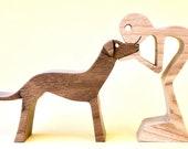 un homme un grand lévrier noir ; sculpture bois