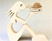 une femme une tortue ; sculpture bois chantournée