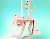 un chat une femme un homme en équilibre ; sculpture bois