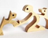 sculpture bois chantourné; un homme deux chiens