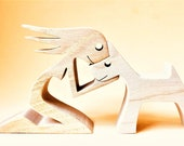 une femme un chien blanc ; sculpture bois