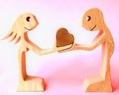 une femme offre un coeur un homme ; sculpture bois chantournée