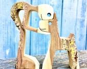 un homme un chien version écorce numéro 3 ; sculpture bois ; pièce unique